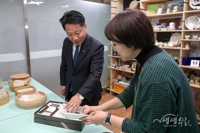▲ 장덕천 부천시장이 사회적경제기업에 방문해 직원들을 격려했다.
