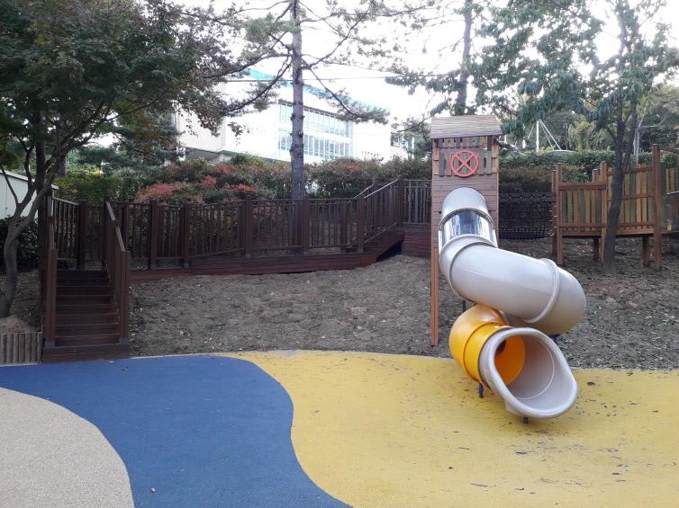 공원 내 놀이터의 원통형미끄럼틀 모습.
