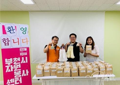 ▲ 자원봉사 나눔터 리더들이 제작한 천연아로마비누와 친환경수세미를 한라종합사회복지관에 전달하고 있다.