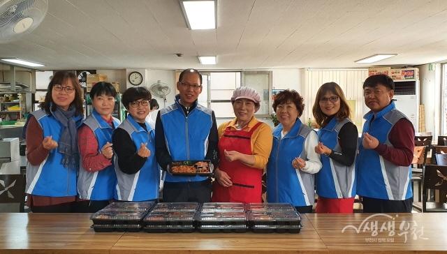 ▲ 삼정동 '아미가식당'에서 홀몸 어르신에게 반찬을 후원하고 있다.