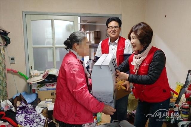 ▲ 천시보건소 직원들과 카도경인 봉사단이 독거어르신 가정에 생필품을 전달했다.