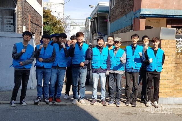 ▲ 부천시 '사랑愛집수리' 활동에 참여한 한국폴리텍대학교 학생들이 기념촬영을 하고 있다.