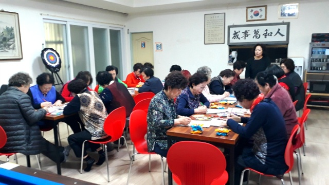 ▲ 치매예방 미술치료 교육을 열심히 받고 있는 구지거점경로당 어르신들