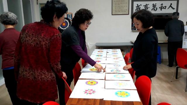 ▲ 미술치료 교육을 실시한 후에 어르신들의 작품을 보고 치매초기 단계를 알아내기도