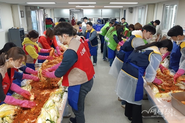 ▲ 부천시자원봉사센터에서 2019 부천시 사랑의 김장나눔 행사를 개최했다.