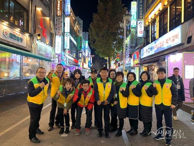 ▲ 신중동에서 청소년 유해업소 지도 단속 후 기념사진을 촬영하고 있다.