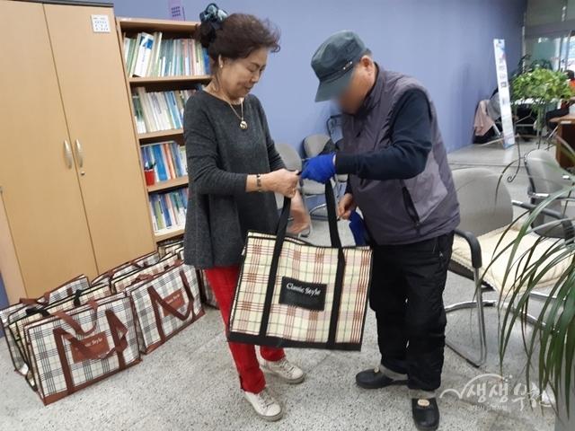 ▲ 행사에서 담근 김장 김치를 전달하고 있다.