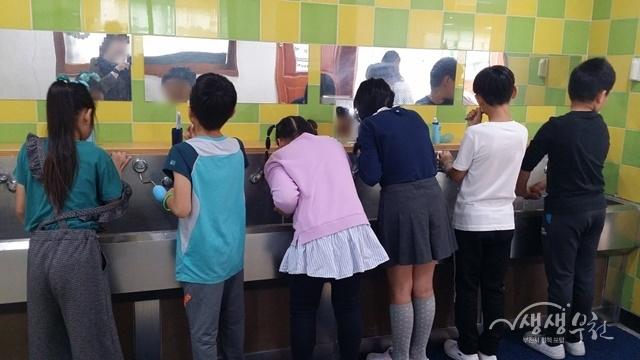 ▲ 잇솔질 실천 중인 동산초등학교 3학년 학생들