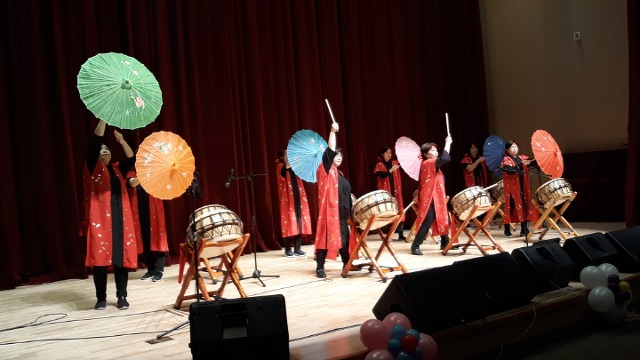 ▲ 비천공연단의 멋진 북춤사위로 관객의 박수갈채를 받기도