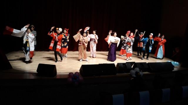 ▲ 전통의상을 입고 노래와 춤으로 공연을 하는 비천공연단