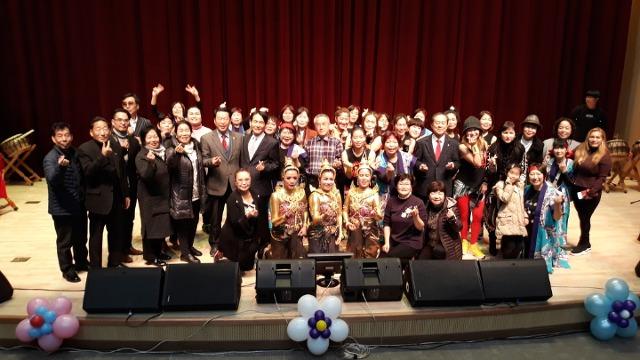 ▲ 비천공연단과 각계인사들의 기념사진 촬영