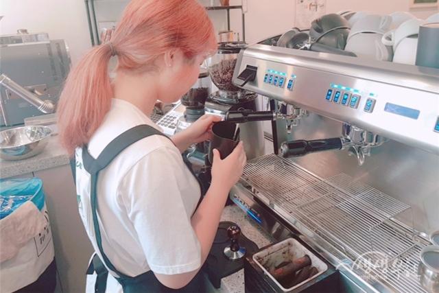 ▲ '드림잡' 프로젝트를 통해 취업에 성공한 청소년이 바리스타로 일하고 있다.