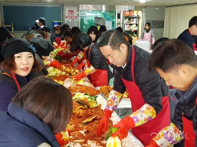 ▲ 부천동복지협의체 역곡2분과에서 '사랑의 김장나눔' 행사를 열고 있다.