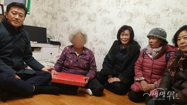 ▲ 대산동 복지협의체에서 이불 및 내복을 저소득 이웃에게 전달하였다.