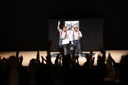 ▲ '공연장 안전 실전 교육'을 마치고 학생들이 '크로키키 브라더스'의 공연을 관람하고 있다.