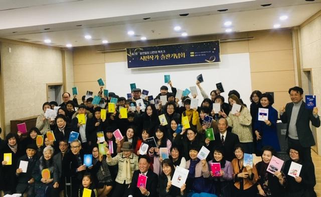 ▲ 행사에 참여한 관계자 및 시민강사와 시민작가들의 단체사진