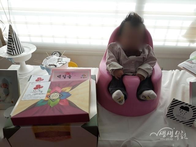 ▲ 오정동복지협의체에서 백일을 맞은 다자녀 가정 출생아에게 기념 선물을 전달하였다.