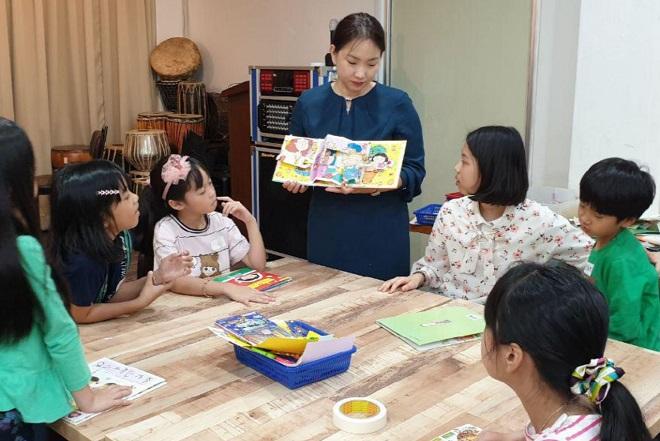 ▲ '콩콩한글교실'에서 한글 학습을 하는 아이들 모습