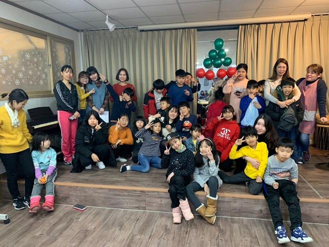 ▲ '콩콩이한글교실'의 아이들과 자원봉사자, 부모님의 모습