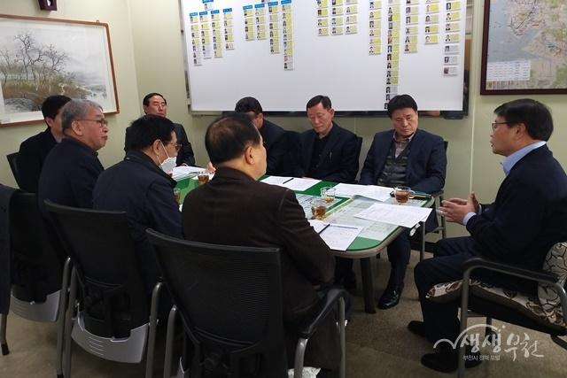 ▲ 부천시 류철현 교통사업단장(맨오른쪽)이 시내버스 대표자들에게 신종 코로나바이러스 감염증 대응책을 전달하고 있다.