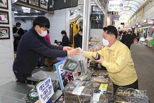 ▲ 장덕천 부천시장이 부천자유시장 상점에서 부천페이로 물품을 구매하고 있다.
