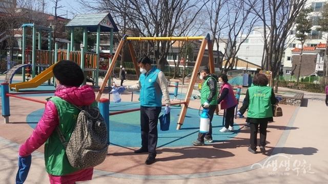 ▲ 지난 18일 소사본동행정복지센터 및 새마을협의회에서 방역을 진행하였다.