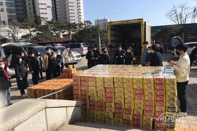 ▲ 원미동성당에서 즉석밥 2,500개와 컵라면3,750개를 기탁했다