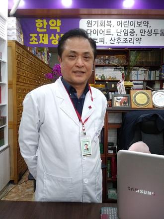 ▲ 베스트셀러 시집 작가이며 지역 사회 나눔으로 유명한 이희국 약사 모습