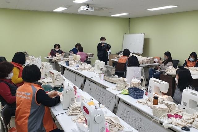 ▲ 부천시 자원봉사센터 자원봉사자들이 면 마스크를 직접 제작하고 있다