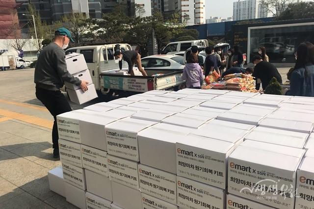 ▲ 경기도사회복지협의회와 ㈜이마트가 '희망배달마차 코로나19 원기회복 KIT'를 후원하였다