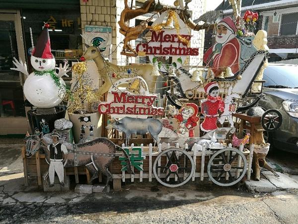 ▲ '부엉이 슈퍼' 현관 앞에 있는 크리스마스 분위기의 작품들
