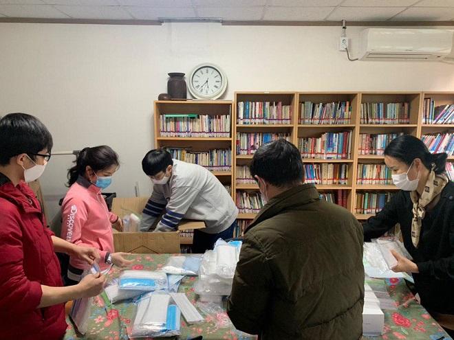 ▲ 기증받은 마스크를 이주민들에게 나눠주기 위해 포장 중인 '아시아인권문화연대' 활동가들 모습