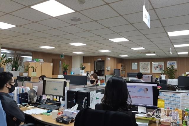▲ 부천시 직원들이 온라인으로 진행되는 '생활 속 거리두기 코로나19 대응방법'에 대한 영상포럼을 시청하고 있다