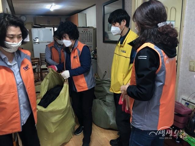 ▲ 자원봉사자들이 L씨의 집을 정리하고 있다.