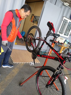 ▲ 매의 눈으로 수거 자전거에 심폐소생술을 하시는 센터장의 모습