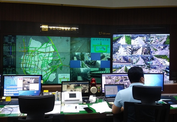 ▲ 주요 교차로 40개의 CCTV와 교통 관련 CCTV 117개 등을 모니터링 중인 상황실의 모습