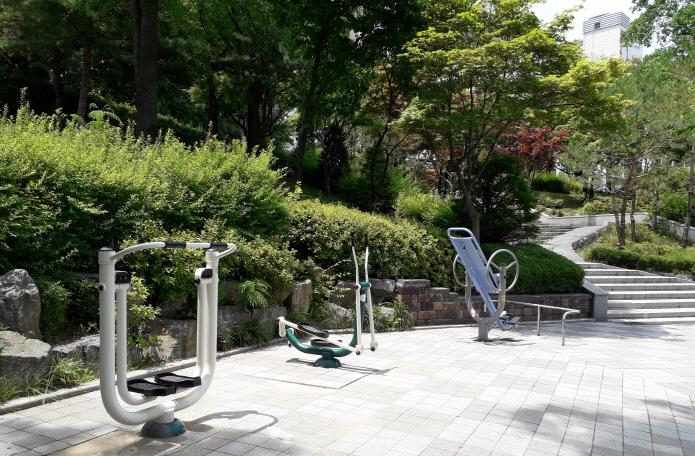 송내 산골어린이공원 내 설치된 운동 기구 모습.