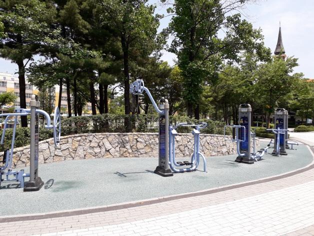 법원 인근 태양어린이공원 내 설치된 운동 기구 모습.