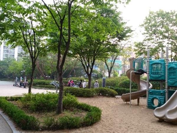 ▲ 근처에 크고 작은 공원이 연계되어 있다.