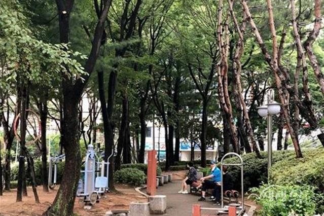 ▲ 취약계층을 위해 운영하는 폭염 대비 야외 그늘쉼터(소사노인복지관)