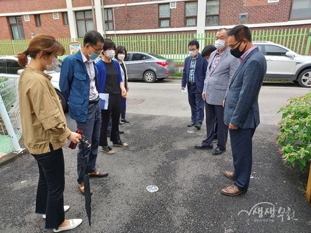 ▲ 박종구 중동장을 비롯한 중동행정복지센터 직원들이 침수취약지역 현장점검에 나섰다.
