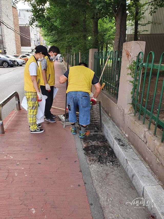 ▲ 지난 18일 오정동 원종2 마을자치회 위원들이 집수받이를 청소하였다.