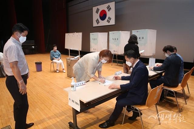 ▲ 부천시 주민참여예산 시민위원회 위원이 임원진 선출을 위한 투표에 참여하고 있다