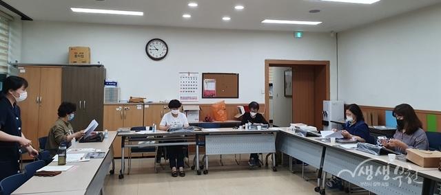 ▲ 부천동에서 학습공동체 꽃향기와 함께 '컬러링 코칭 사업'을 추진하였다.