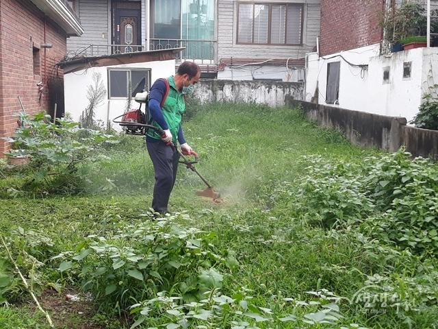 ▲ 부천동 도당새마을협의회·부녀회에서는 지난 30일 '강남경로당'을 대상으로 환경정비 및 방역을 실시하였다.