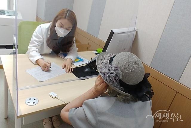 ▲ 부천시치매안심센터에서 치매조기검진 관련 상담을 진행하는 모습