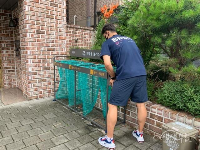 ▲ 공동주택에 분리수거대를 설치하는 모습