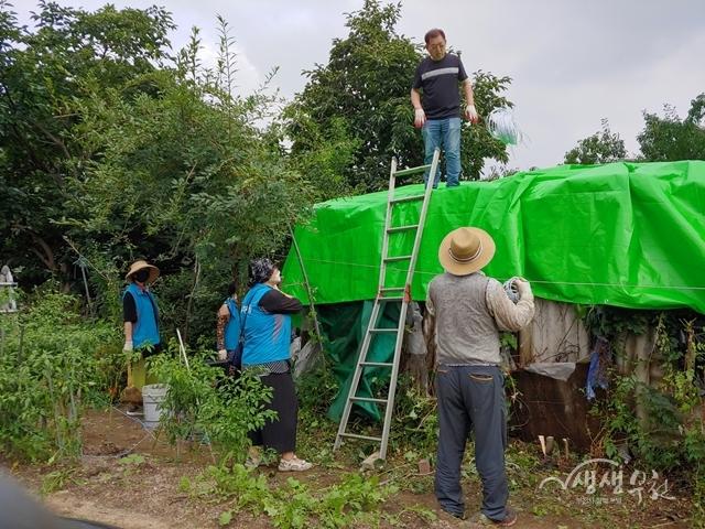 ▲ 소사본동 통장협의회 및 마을자치회 '사랑의 집수리' 봉사활동 모습
