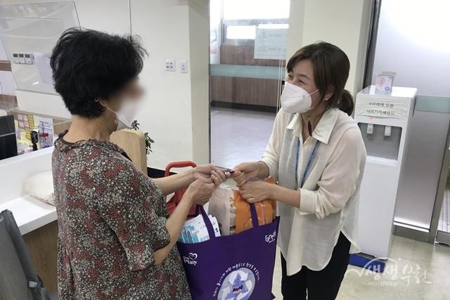 ▲ 성곡동 지역사회보장협의체 성곡분과에서 '장수노인 지원사업' 물품을 전달했다