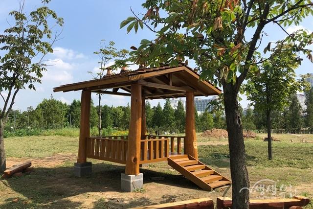 ▲ 가로수 제거목으로 만들어진 정자가 상동호수공원에 설치됐다